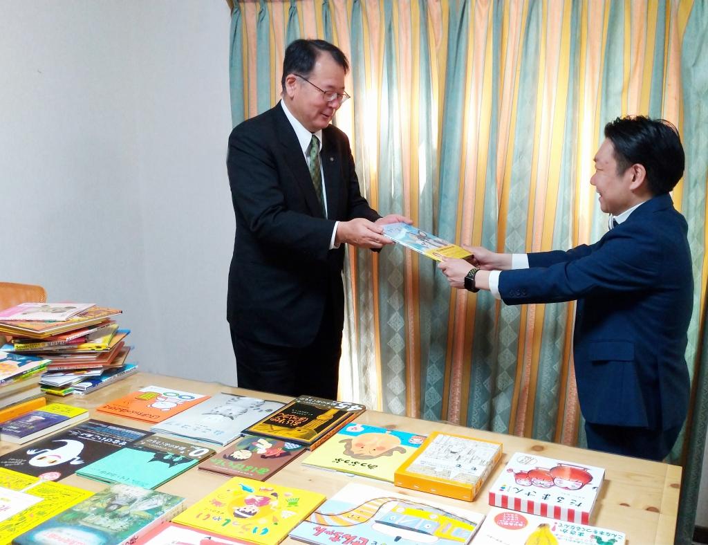 山陽新聞社から絵本を寄贈いただきました